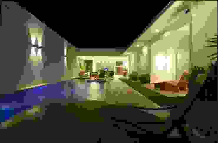 Cabral Arquitetura Ltda. Modern pool