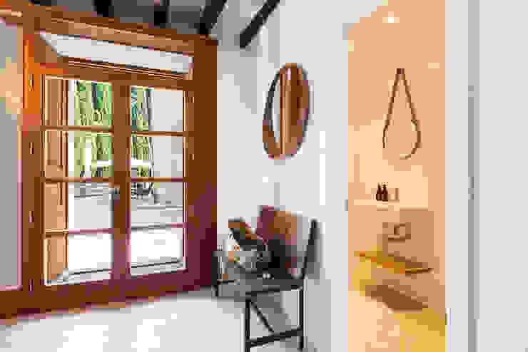 Puertas y ventanas modernas de ISLABAU constructora Moderno