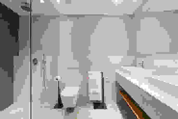 Baños de estilo moderno de ISLABAU constructora Moderno