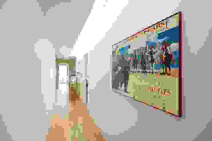 Hallway Pasillos, vestíbulos y escaleras modernos de Perfect Stays Moderno