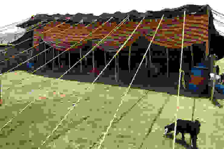カシュガイ族の暮らし: Vigore interior&galleryが手掛けたスカンジナビアです。,北欧 羊毛 オレンジ