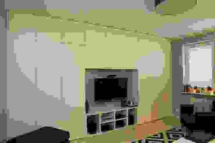 Funkcjonalna zabudowa ściany Skandynawski salon od ZAWICKA-ID Projektowanie wnętrz Skandynawski