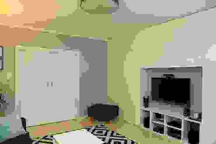 Zabudowa w salonie od ZAWICKA-ID Projektowanie wnętrz Skandynawski
