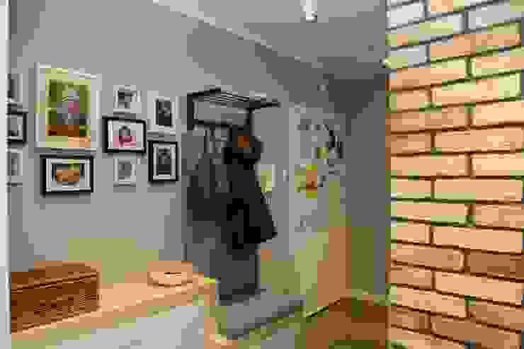 funkcjonalne i estetyczne meble na przedpokój Skandynawski korytarz, przedpokój i schody od ZAWICKA-ID Projektowanie wnętrz Skandynawski