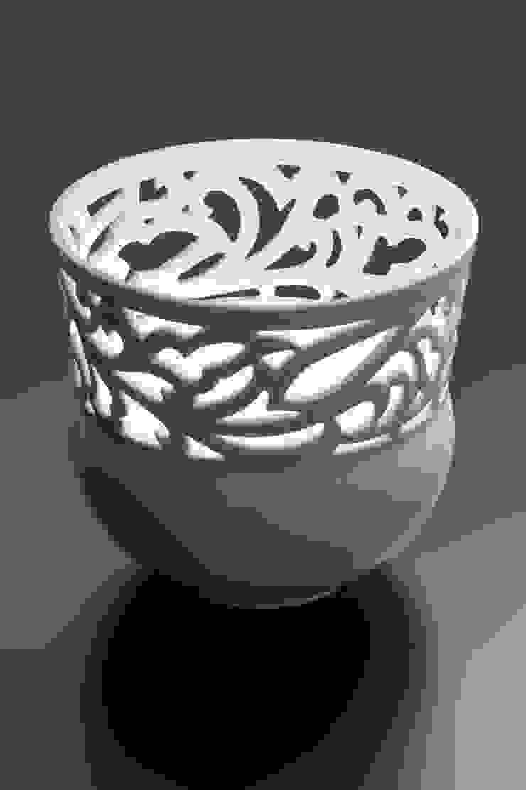 白磁 透かし彫り唐草文 花器: 磁器工房・静風舎が手掛けた折衷的なです。,オリジナル