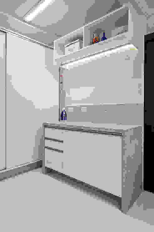 Tropical style garage/shed by Patrícia Azoni Arquitetura + Arte & Design Tropical