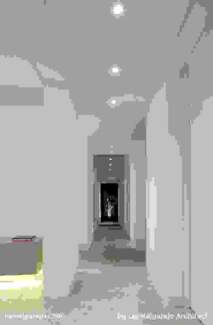 Lis Melgarejo Arquitectura Modern corridor, hallway & stairs