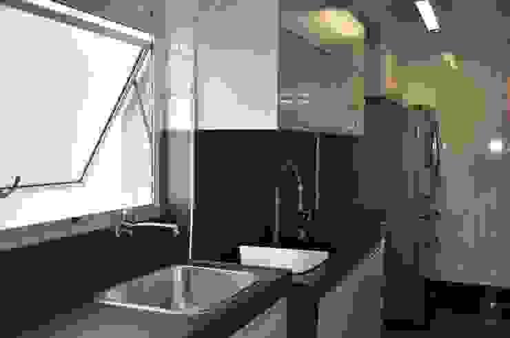 Área de serviço/ Cozinha Cozinhas modernas por Novità - Reformas e Soluções em Ambientes Moderno