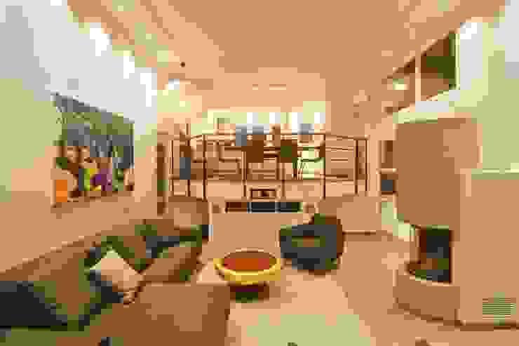 Alles neu, alles besser Wohnzimmer und offene Küche Design Manufaktur GmbH Moderne Wohnzimmer