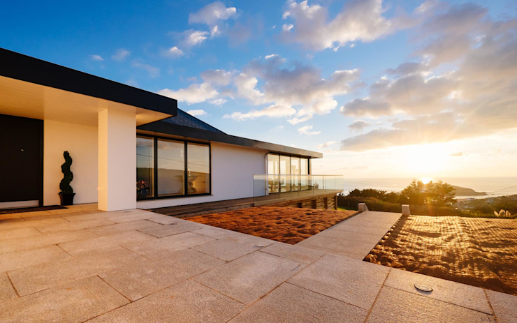 Parking and view point Modern houses by Perfect Stays Modern