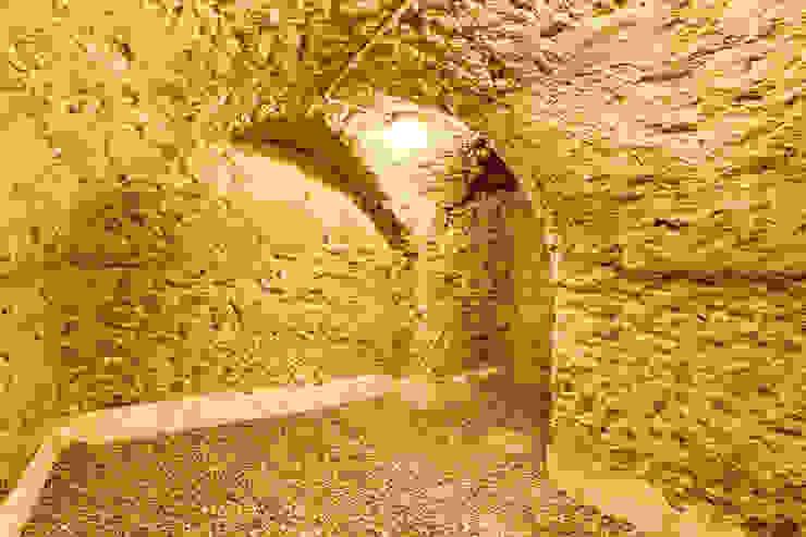 Un Hôtel Particulier à Versailles Cave à vin classique par ATELIER FB Classique