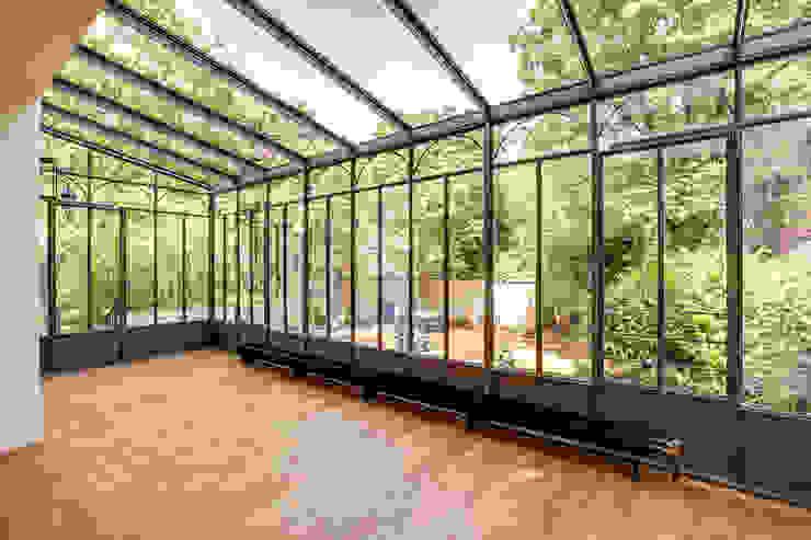 Un Hôtel Particulier à Versailles Jardin d'hiver moderne par ATELIER FB Moderne