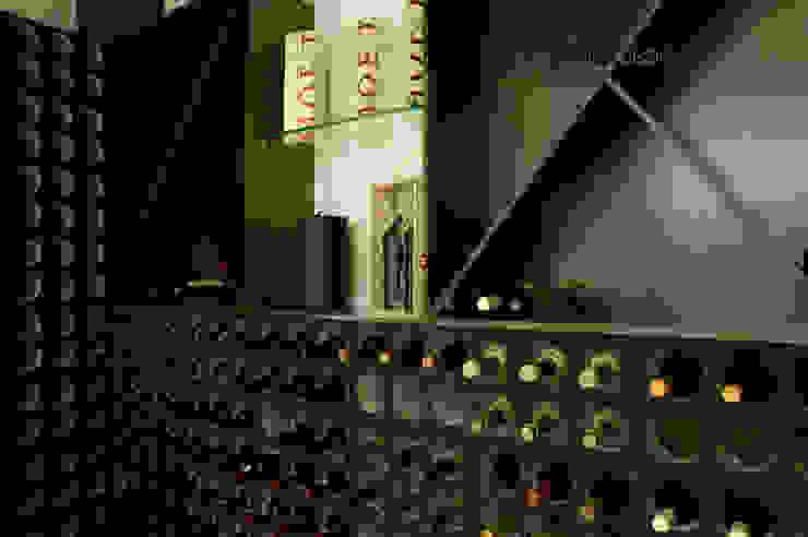 Minimalist wine cellar by Oficina Design Minimalist
