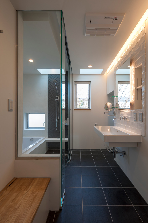 Hill-Top House (Renovation) モダンスタイルの お風呂 の Sakurayama-Architect-Design モダン