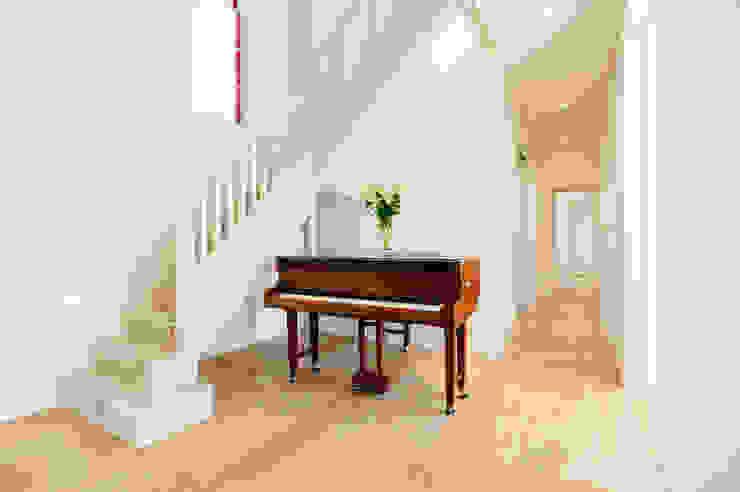 Hallway Couloir, entrée, escaliers modernes par Perfect Stays Moderne