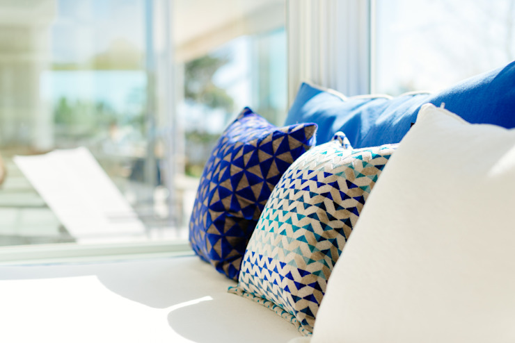 Cushions in living room Ruang Keluarga Modern Oleh Perfect Stays Modern