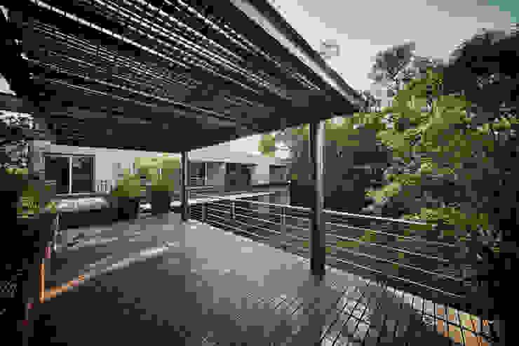 Casa Galeana: Terrazas de estilo  por grupoarquitectura,