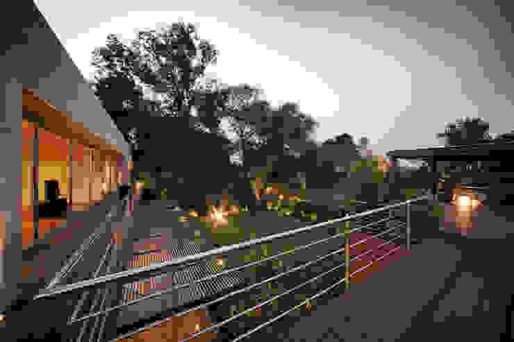 Casa Morgana Balcones y terrazas minimalistas de grupoarquitectura Minimalista