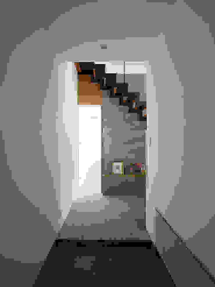 小野里信建築アトリエ Modern Corridor, Hallway and Staircase