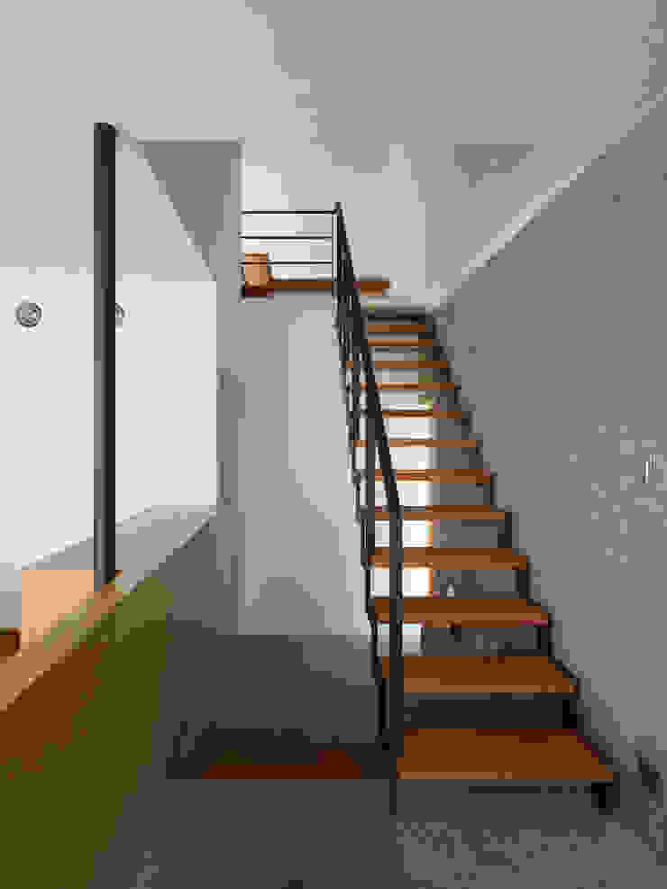 小野里信建築アトリエ Pasillos, vestíbulos y escaleras modernos