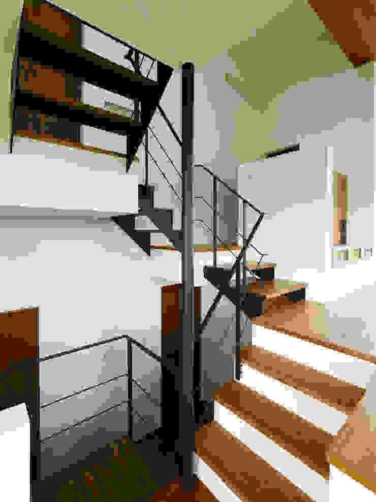 小野里信建築アトリエ Modern corridor, hallway & stairs