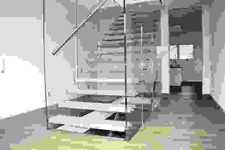 Glastragende Treppe mit Betondesignstufen Moderner Flur, Diele & Treppenhaus von lifestyle-treppen.de Modern Beton
