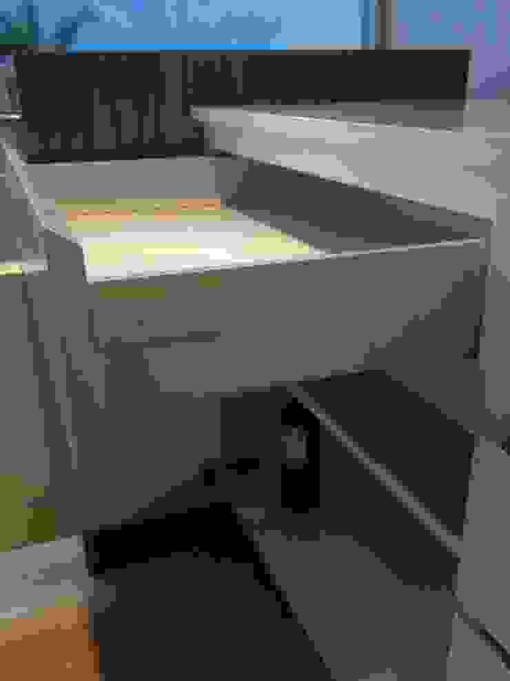 Detalle de gaveta laqueada con sistema blum combinando lo tradicional con lo tecnológico. de Demadera Caracas Moderno