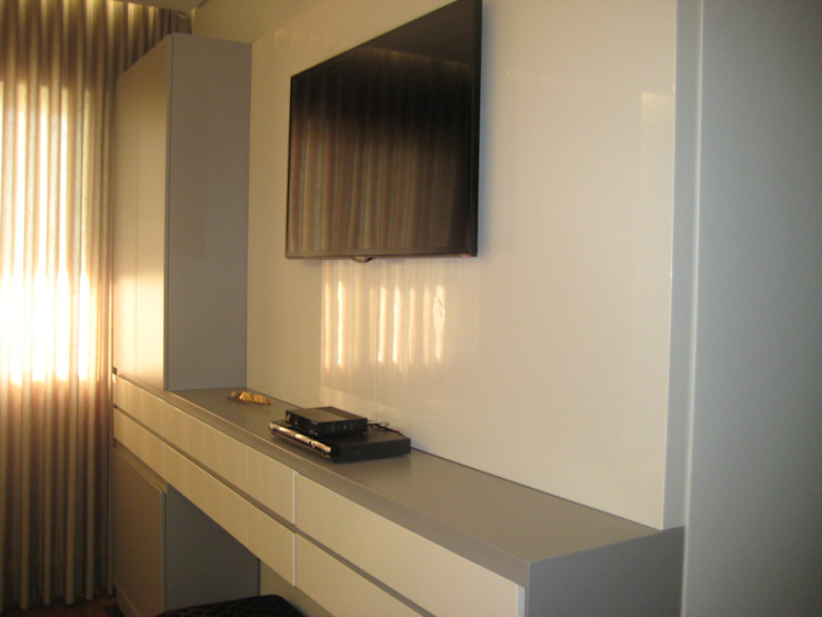 Modern style bedroom by Das Haus Interiores - by Sueli Leite & Eliana Freitas Modern Wood Wood effect