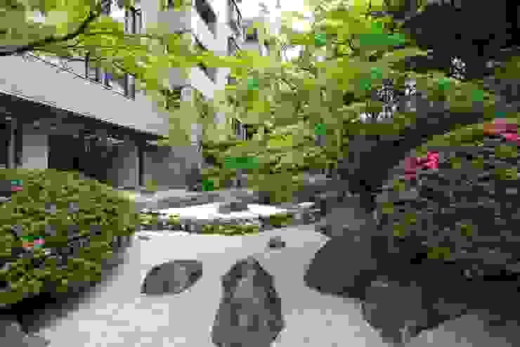 苔庭: 庭園空間ラボ teienkuukan Laboが手掛けた庭です。,和風