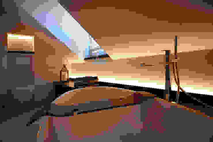 INNEN LEBEN Baños de estilo moderno Ámbar/Dorado