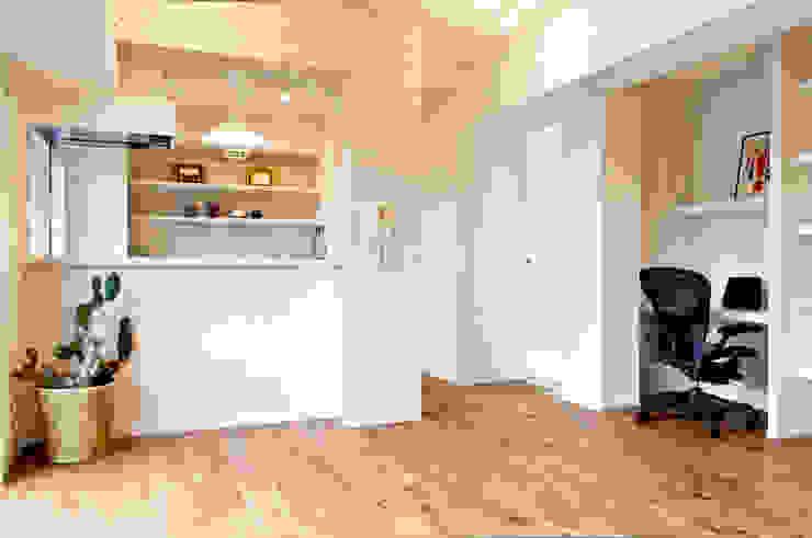 爽やかさが広がる空間 トロピカルデザインの リビング の 株式会社Standard トロピカル 無垢材 多色