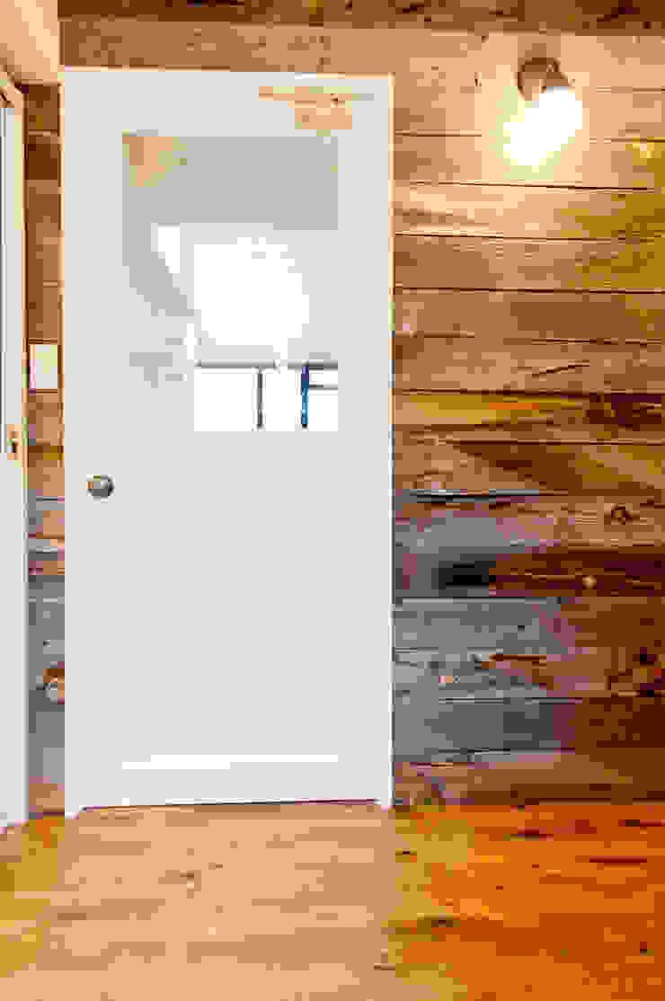 建具と壁面のコントラストが活きる トロピカルな 窓&ドア の 株式会社Standard トロピカル 無垢材 多色