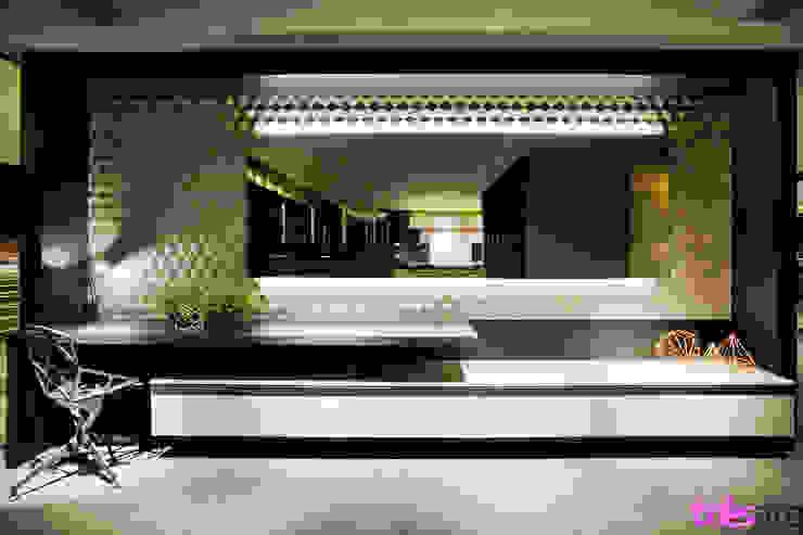 Home Office Espaços comerciais modernos por três arquitetura Moderno
