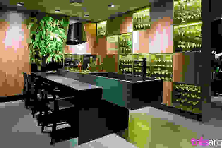 Cozinha madeirada com preto Espaços comerciais modernos por três arquitetura Moderno