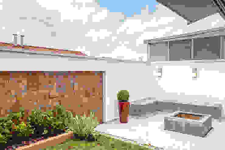Jardines de estilo ecléctico de Moran e Anders Arquitetura Ecléctico