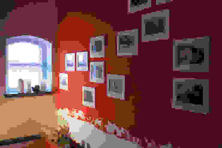 Wandgestaltung im Kaminzimmer auf dem Lothshof von Büro Köthe Landhaus