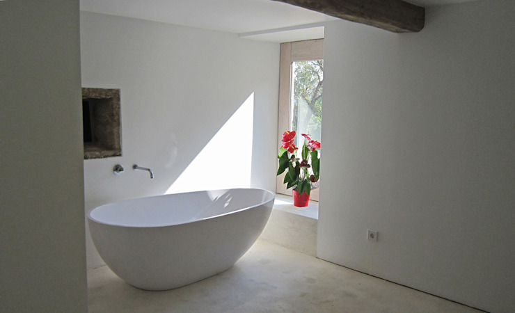 Bathroom by Ezcurra e Ouzande arquitectura, Country