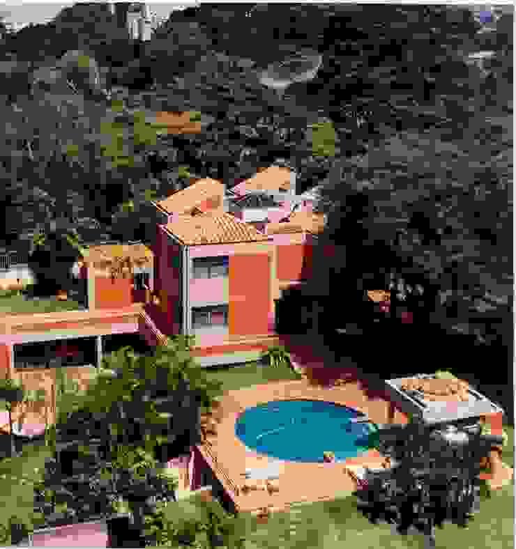 Vista de la fachada oeste y sector piscina. Casas de estilo tropical de OMAR SEIJAS, ARQUITECTO Tropical