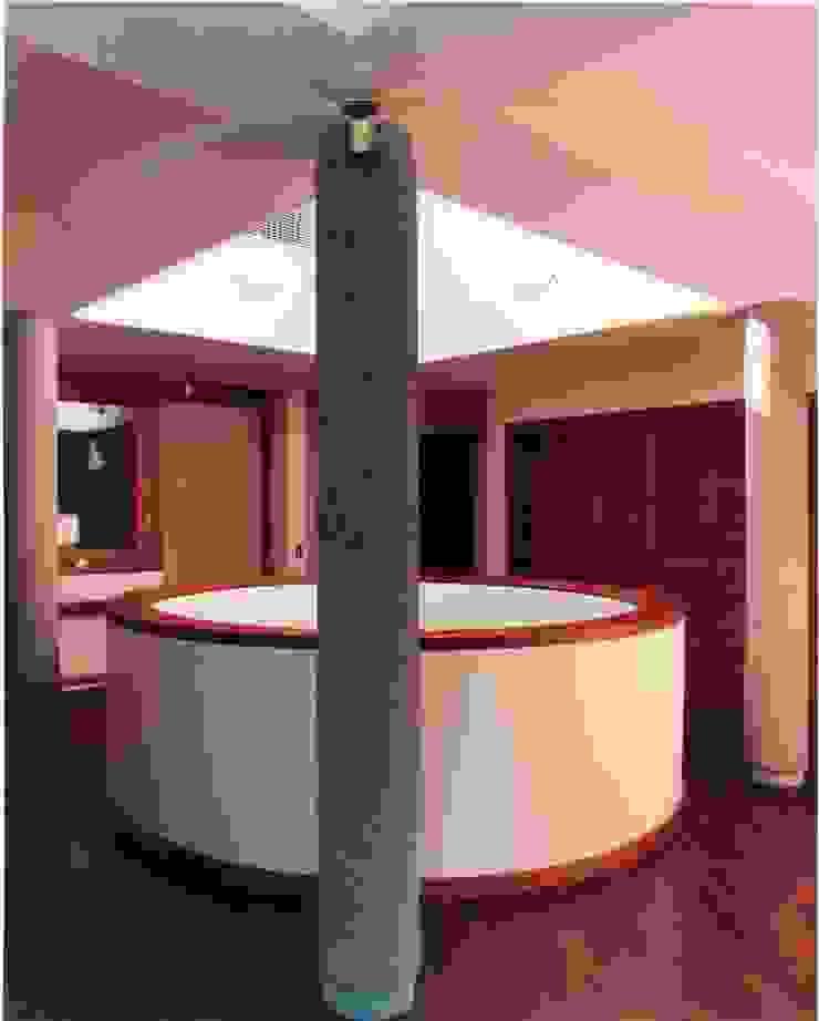 Pasillos de circulación en planta de dormitorios. Pasillos, vestíbulos y escaleras de estilo tropical de OMAR SEIJAS, ARQUITECTO Tropical
