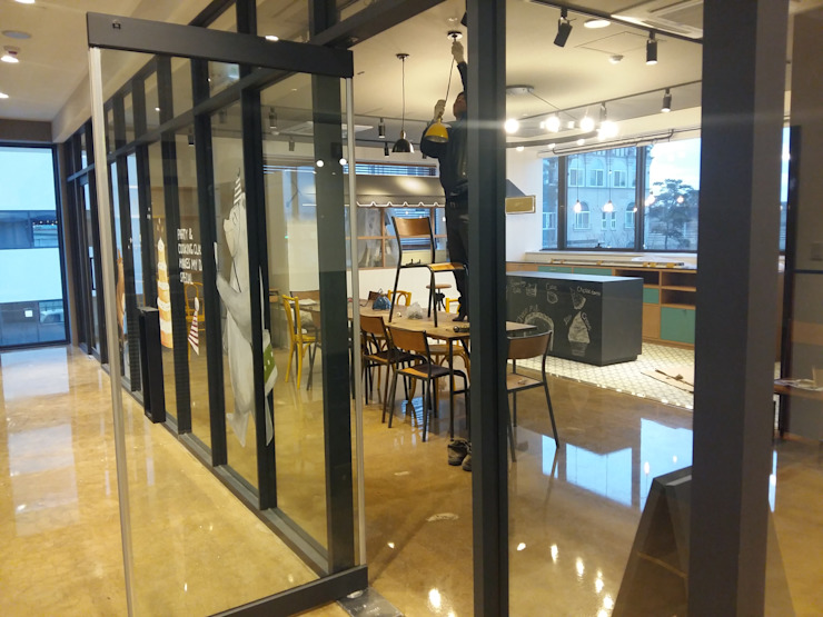 industrial style corridor, hallway & stairs by 몰핀아트 Industrial