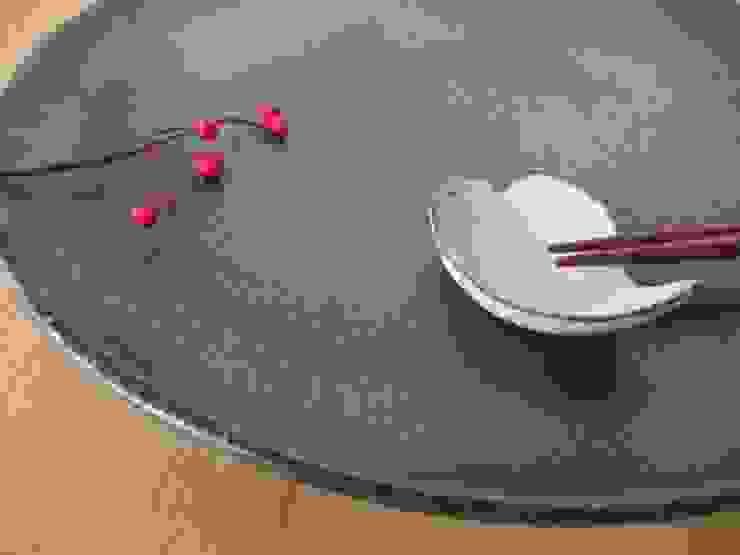 錆黒皿 モダンな キッチン の kamiyama-工房 モダン セラミック
