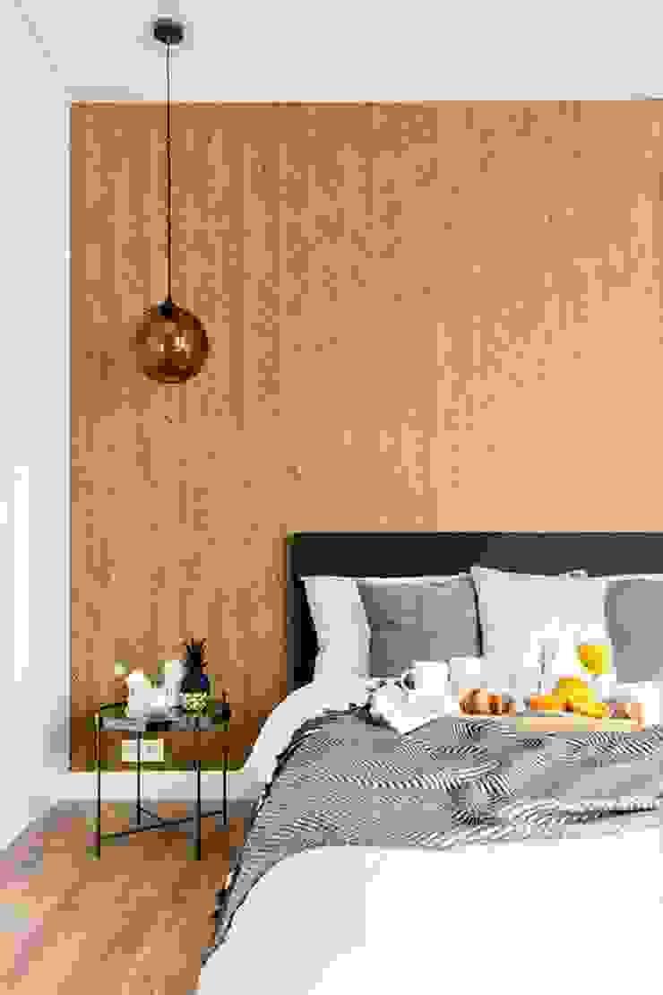 Zaskakujące połączenie stylów Industrialna sypialnia od Decoroom Industrialny