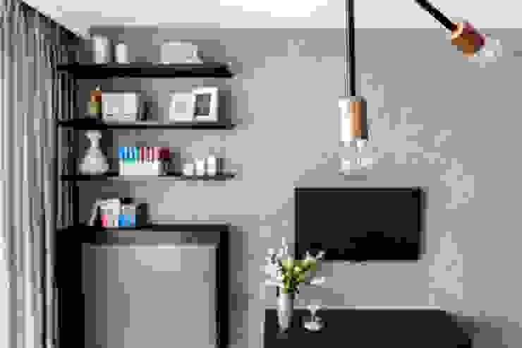 Zaskakujące połączenie stylów Industrialny salon od Decoroom Industrialny