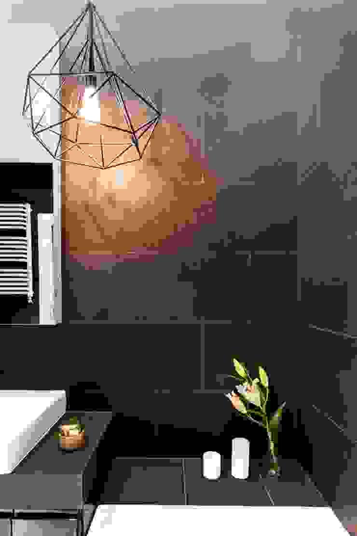 Zaskakujące połączenie stylów Industrialna łazienka od Decoroom Industrialny