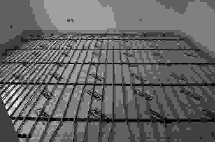 (4) Underfloor heating / piso radiante Paredes e pisos modernos por Dynamic444 Moderno