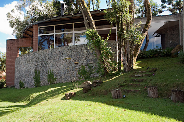 Country style house by Enrico Benedetti Arquitetos Country