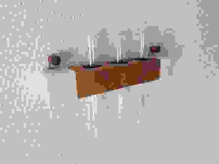 木の壁掛け三連一輪挿し-B: 作房和樂(サボウワラク)が手掛けた折衷的なです。,オリジナル