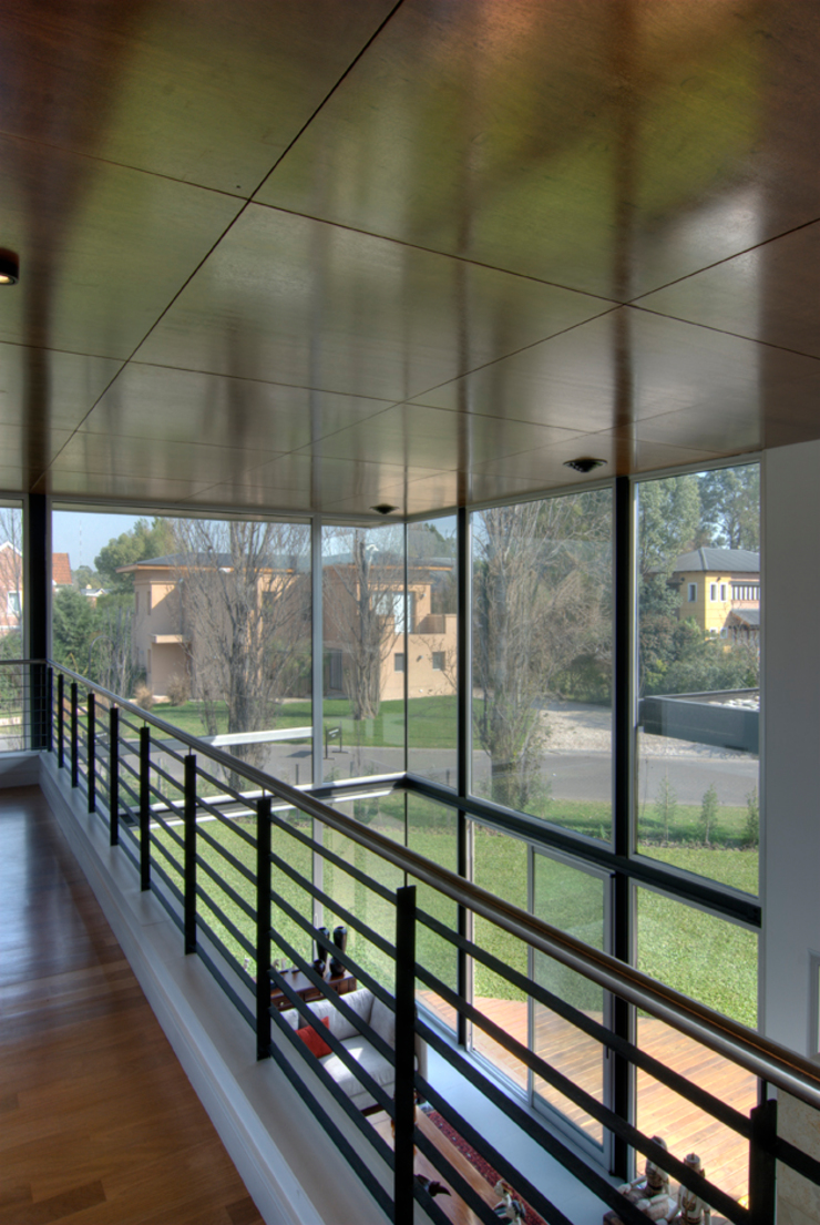 ห้องโถงทางเดินและบันไดสมัยใหม่ โดย JV&ARQS Asociados โมเดิร์น