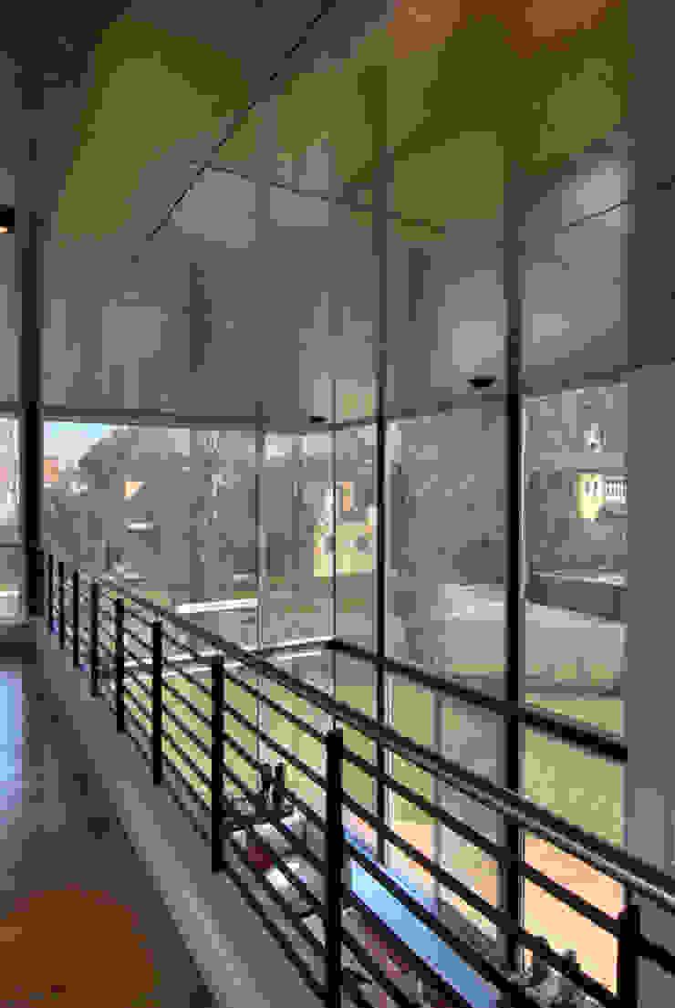 Modern Corridor, Hallway and Staircase by JV&ARQS Asociados Modern