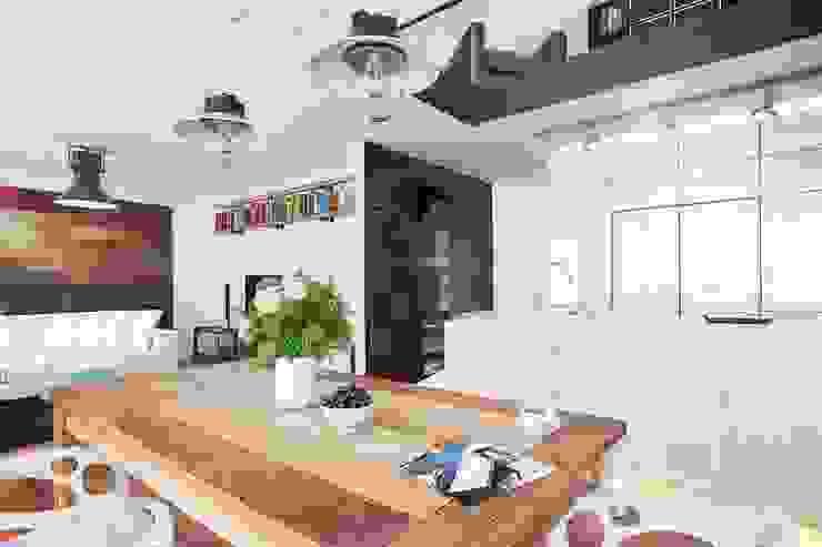 Ruang Keluarga oleh L'Atelier 2630, Modern